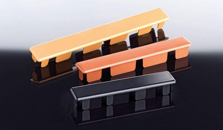 Optisch ansprechende Abdeckkappen für Hohlkammerbretter in den Farben Schwarz (für Eiche Rustikal), Braunbeige (für Astfichte) und Lehmbraun (für Golden Oak)