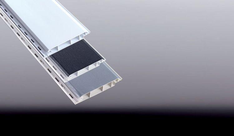 Nie wieder streichen: 16,5 mm Fassadenpaneele sind in der Farbe Weiß (RAL 9016) sowie mit einseitiger Renolitstrukturfolie in den Designs Golden Oak, Grau, Anthrazit erhältlich