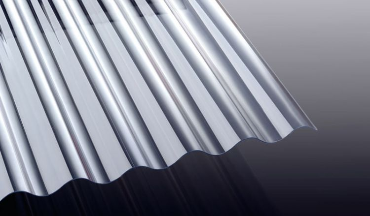 Die 1 mm starke Wellplatte aus Polycarbonat mit dem Profil S 76/18 ist extrem schlagzäh und eignet sich ideal als Lichtband für Wellblech Bedachungen.