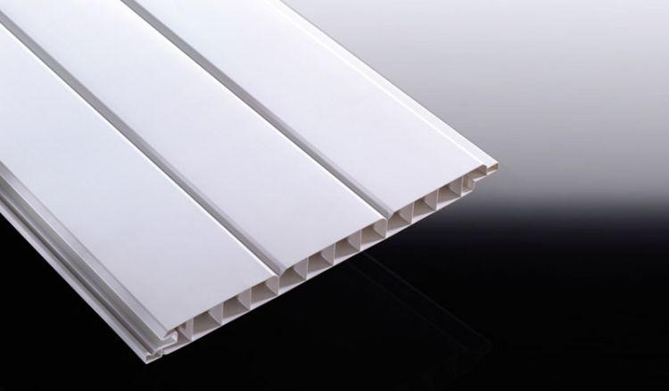 Die UV- und witterungsbeständigen, weißen 17 mm Kunststoffprofile haben eine Deckbreite von 250 mm und sind in 3000 und 6000 mm Länge bestellbar