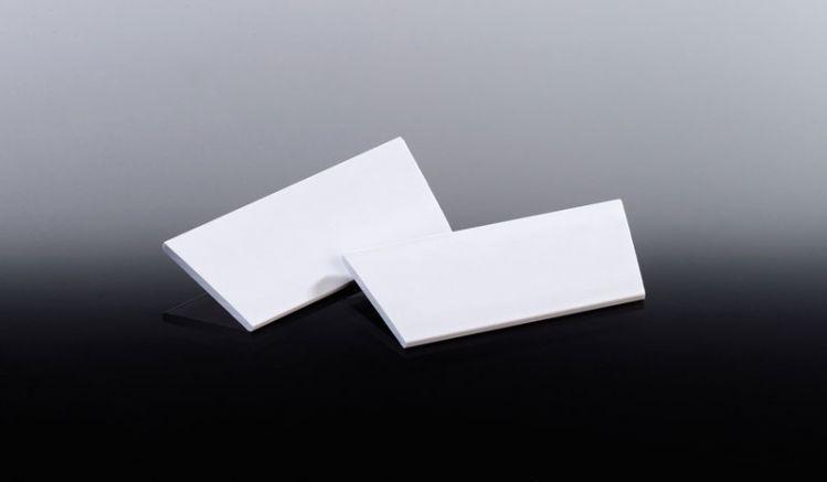Weiße Kunststoffkappen für Balkonbretter-Querriegel. Die Endkappen müssen mit Kontaktkleber befestigt werden