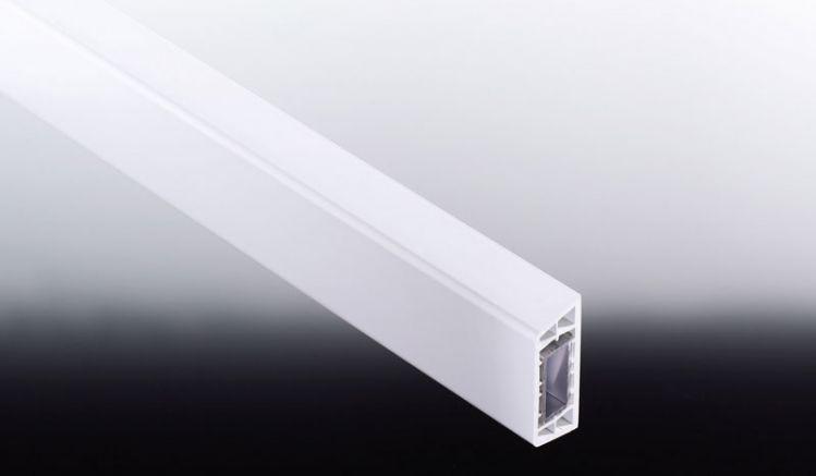 Weiße 60 x 25 x 6000 mm Querriegel aus PVC mit Aluminium-Kern zur stabilen Montage von Balkonbrettern