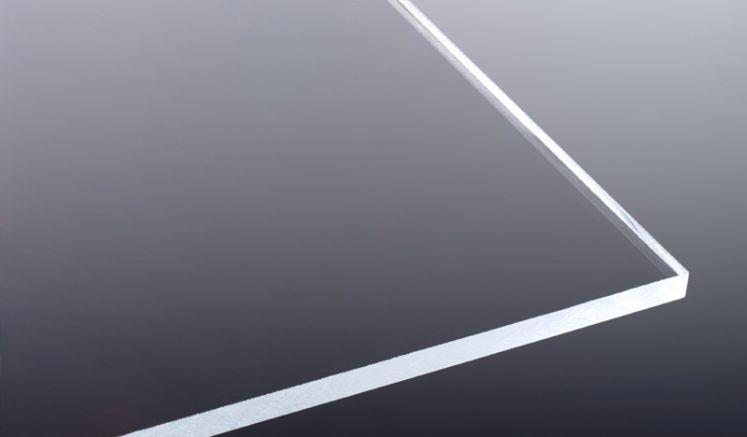 Die glasklare, extrudierte Acrylglasplatte ist Frost- und Witterungsbeständig und weißt eine hohe Bruchfestigkeit auf.