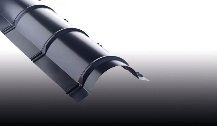 Das Pfannen-Firstblech aus Aluminium ist mit 25 my Polyesterlack beschichtet und hat eine Materialstärke von 0,7 mm. Erhältlich in der Länge 1860 mm.