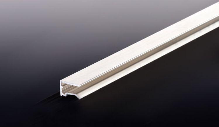 Unser günstiges Alu U-Abschlussprofil mit Tropfrand einer Stärke von 6 mm verschließt die oberen und unteren Plattenstirnseiten. Erhältlich in den Längen 2000 mm bis 7000 mm.