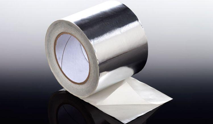 Unser Aluminium Klebeband gibt es in Breiten von 38 / 50 / 60 / 75 / 100 mm und dient zum Abdichten der Stirnseiten Stegplatten oder dem Aufhellen der Unterkonstruktion. Scharfe Kanten sind vorher zu entfernen, da sich sonst Risse in dem Klebeband bilden.
