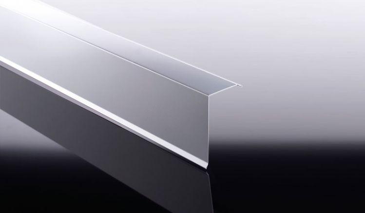 Unsere Ortgangbleche aus hochwertigem Aluminium haben eine Materialstärke von 0,7 mm. Das Ortgangblech dient zur Verkleidung der seitlichen Kanten Ihrer Bedachung.
