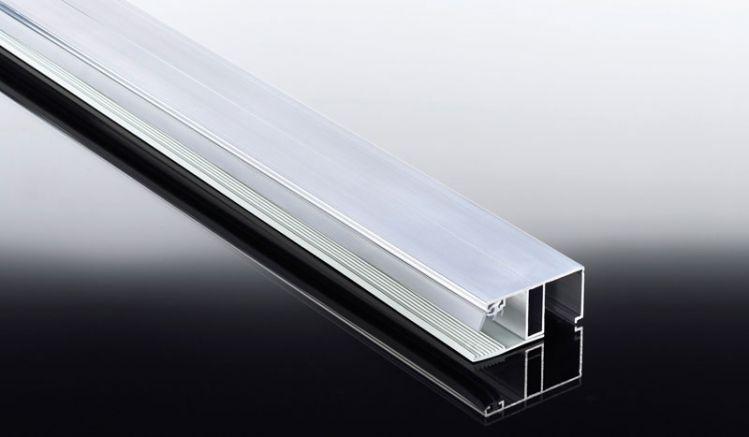 Das günstige Aluprofil Kombisystem Randprofil für 16 mm Doppelstegplatten inkl. eingezogener Lippendichtung ist in den Längen 2000 mm bis 7000 mm erhältlich. Das Randprofil ist eine Kombination aus Aluoberprofil und Weichgummiprofilband als Auflage für di