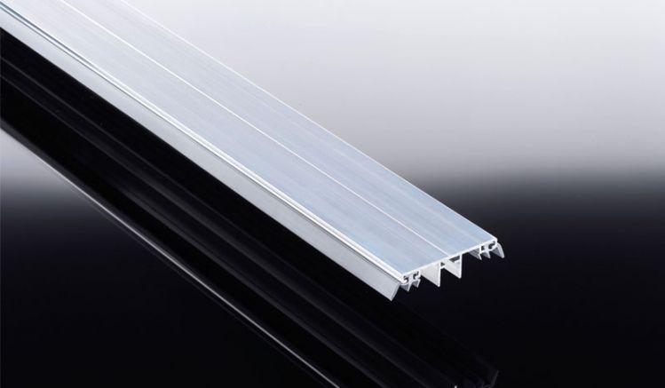 Unser Alu Universalsystem Verbindungsprofil mit eingezogener Lippendichtung in der Breite von 80 mm. Erhältlich in den Längen 2000 mm bis 7000 mm. Passende Klemmdeckel führen wir ebenfalls.