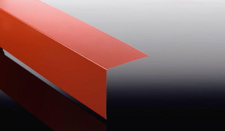 Das 0,5 mm starke Eckblech für Trapez-, Well- und Pfannenbleche ist 60 my TTDH beschichtet und in den Längen 500 mm bis 3500 mm erhältlich.
