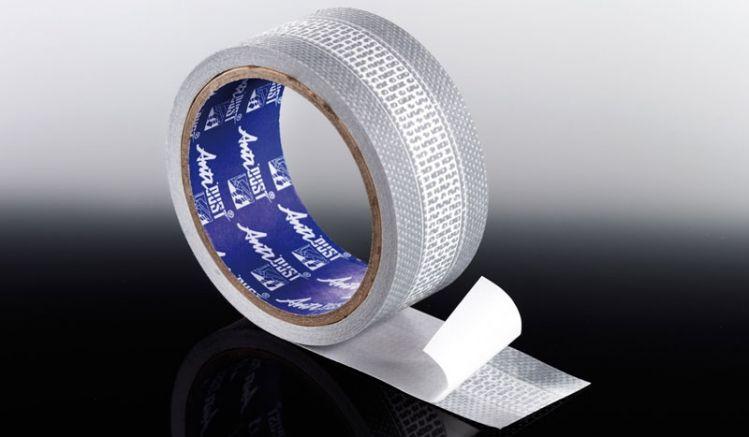 Das starke Filtaflo Abdichtungsband dient zur zuverlässigen Abdichtung der unteren Stegplattenseiten und verhindert das Eindringen von Staub und Ungeziefer. Das Band sollte faltenfrei und gleichmäßig auf den Platten zentriert werden.