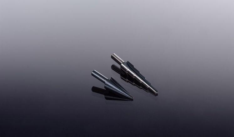 Unser schwarzer Kegel- /Stufenbohrer aus Hartmetall mit Bohrweiten von 4 - 10 mm bzw. 3 - 14 mm. Weiteres Zubehör für die Montage von Wellplatten finden Sie in unserem Shop.
