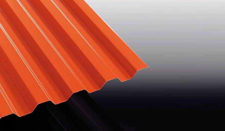 Die roten Wellplatten aus Polycarbonat mit K 76/18 Profil sind praktisch unzerbrechlich, haben eine hohe UV-Beständigkeit und lassen sich leicht verarbeiten.