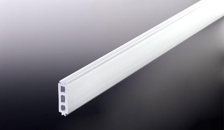 Die 25 mm PVC Randdistanzleiste für unser günstiges Aluprofil Universalsystem. Die Distanzleisten werden in die entsprechende Aufnahme am Unter- bzw. Oberprofil eingeschoben um den gewünschten Abstand zur Unterkonstruktion einzuhalten und die 25 mm starke