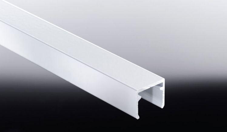 Oberes Abschlusselement: Die 25 mm Alu-Abdeckleiste schließt Nut- und Feder-Verkleidungspaneele horizontal ab
