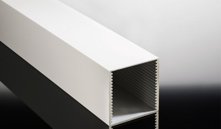Das 110 x 110 mm Verstärkungsprofil aus Aluminium ist in 5, 6 und 7 m Länge sowie sieben Farben erhältlich. Es ersetzt den mittleren Stützpfosten