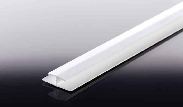 Das weiße 260 cm Doppel-T-Fugenprofil aus Hart-PVC wird vertikal zwischen zwei 6 mm Schichtstoffplatten zum Überdecken der Schnittkanten eingesetzt