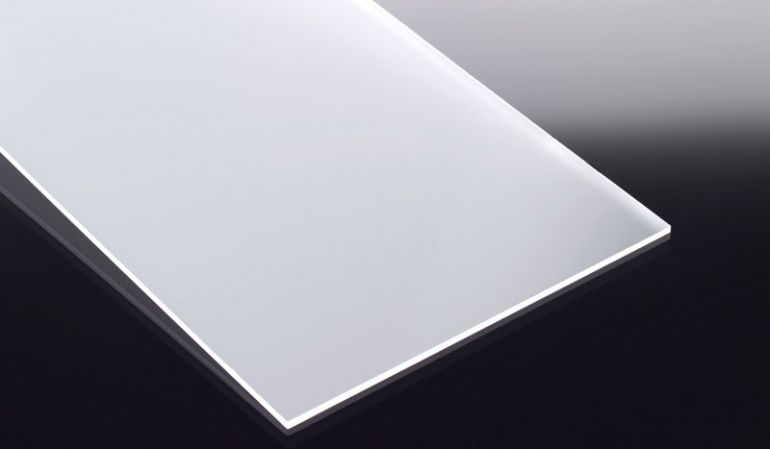 Die 5 mm Acrylglasplatte ist beidseitig satiniert. Die Platte zeichnet sich durch eine hohe Bruchfestigkeit und ein geringes Gesamtgewicht aus.