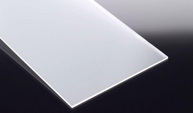 Die gegossene (GS), beidseitig satinierte Acrylglasplatte in 6 mm Stärke hat das Maß 1520 x 2050 mm.
