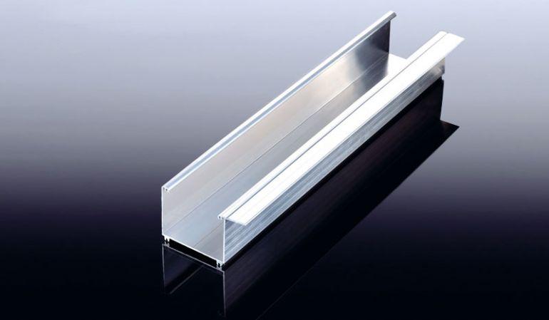 Die Alu-Dachrinne HT 90 in Kastenform ist in den Farben Pressblank und Weiß erhältlich. Die Länge beträgt 6100 mm, die Breite 90 mm und die Höhe 75 mm