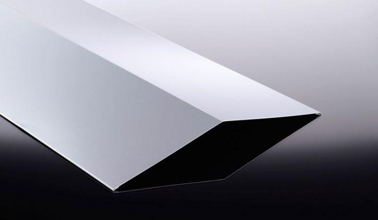 Unsere Firstbleche aus Aluminium sind mit 25 my Polyesterlack beschichtet und haben eine Stärke von 0,7 mm. Das Maß beträgt: 190 x 190 x 500 - 3500 mm