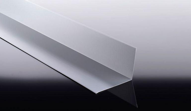 Unsere Wandanschlussbleche aus Aluminium sind mit 25 my Polyesterlack beschichtet und haben eine Stärke von 0,7 mm. Die Wandanschlussbleche sind leicht zu ver- und bearbeiten.
