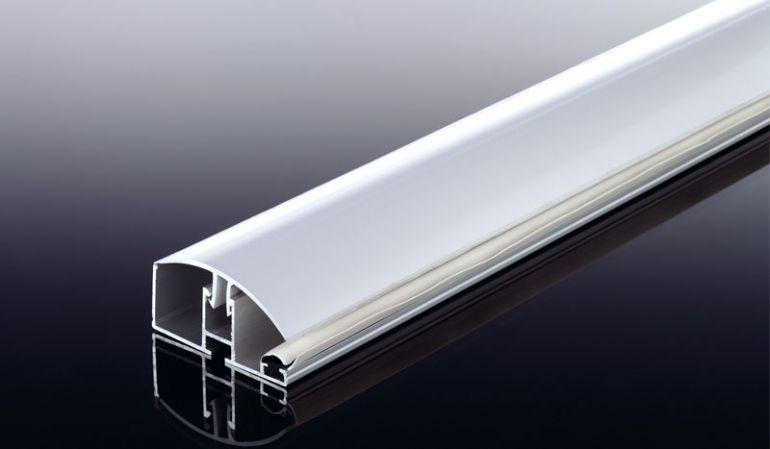 Das Aluprofil Klicksystem mit rundem Klick-Deckel für die schnelle und einfache Montage von 16 mm Stegplatte. Das Randprofil des Klicksystems schließt das System zur Seite ab. Die Abschlussleisten für die obere und untere Stirnseite finden Sie hier ebenfa