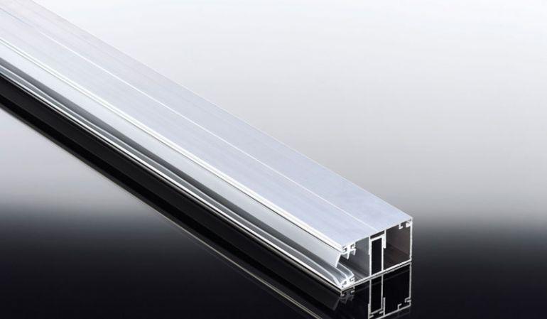 Unser günstiges Randprofil von dem Aluprofil Komplettsystem inkl. eingezogener Lippendichtung. Erhältlich in den Längen 2000 mm bis 7000 mm. Ideal für Terrassenüberdachungen mit Holz- oder Metallkonstruktion.