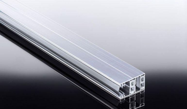 Thermo Aluprofile aus für 16 mm Stegplatten: Die thermische Trennung des Ober- und Unterprofils sorgt für eine gute Isolierung . In der Kombination mit den wärmedämmenden Stegplatten lassen Sich die Energiekosten deutlich reduzieren.