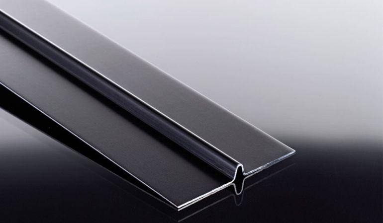 Aluminium-Fugenprofil für 6 mm Schichtstoffplatten. Reduziert den Wassereintritt, hält Insekten ab und schützt die Unterkonstruktion. Verfügbar in schwarz pulverbeschichteter und pressblanker Ausführung
