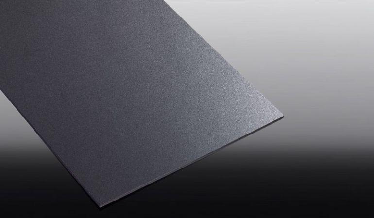 Unsere Hartschaumplatten sind aus Witterungs- und UV-beständigem PVC gefertigt. Hier die schwarze Ausführung. Weitere Farben finden Sie in unserem Shop.
