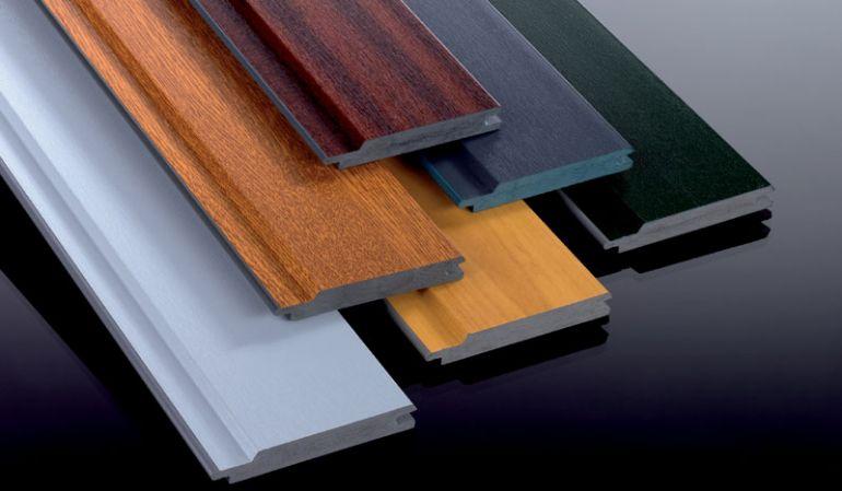Beidseitig folierte 15 x 90 x 6000 mm Kömapan Kunststoffpaneele erhalten Sie bei meinbaustoffversand.de in den Designs Mahagoni und Golden Oak.