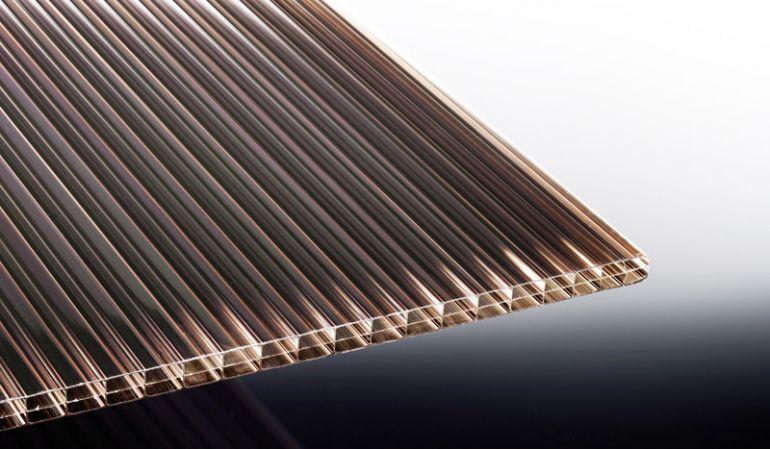 Unsere Stegplatte aus Polycarbonat in der Farbe Bronze schützt Sie zuverlässig vor zu hoher Sonneneinstrahlung und Hitze lässt sich individuell auf Ihr Maß zuschneiden. Die Platte bietet zudem durch die doppelten Kammern eine gute Wärmedämmung.