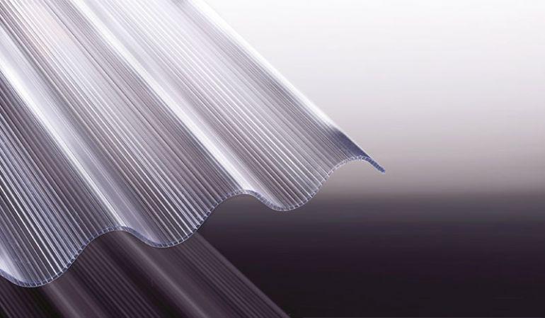Unsere Doppelkammerplatte aus Polycarbonat hat das Profil 177/51 mit runder Welle. Die Stärke der Platte beträgt ca. 6 mm.