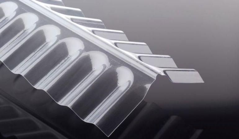 Unsere glasklare Firsthaube für S 76 / 18 Polycarbonat Wellplatten ist extrem hagelfest, witterungsbeständig und temperaturbeständig von -40 °C bis +120 °C. Sie hat das Maß 1265 x 150 x 190 mm. Passendes Montagezubehör finden Sie im Shop.