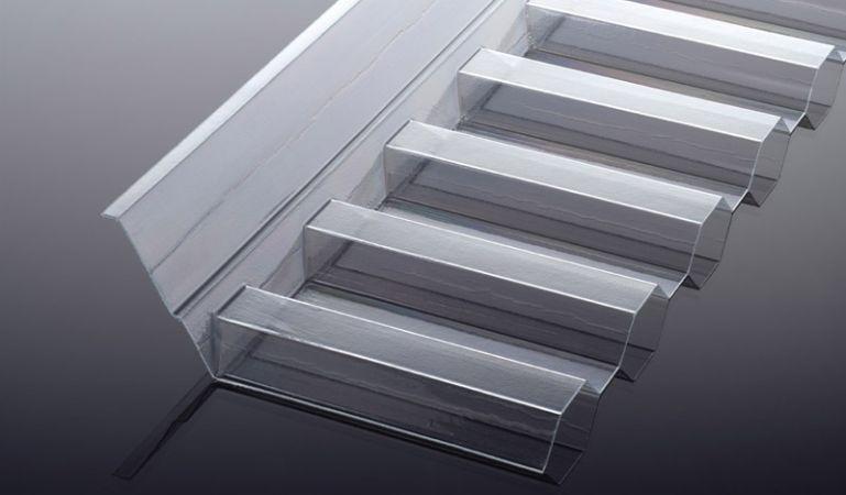 Unser extrem hagelfester, glasklarer Polycarbonat Wandanschluss für K 76/18 Spundwände hat die Abmessungen 1265 x 150 x 50 mm. Weiteres Montagezubehör finden Sie in unserem Shop.