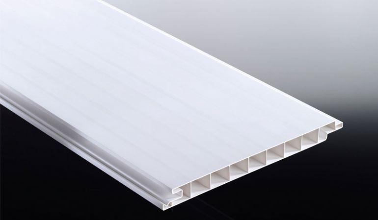 Die weißen 17 mm PVC-Profile eignen sich ideal für dauerhafte Wand- und Deckenverkleidungen sowie Traufen- und Ortgangschalungen