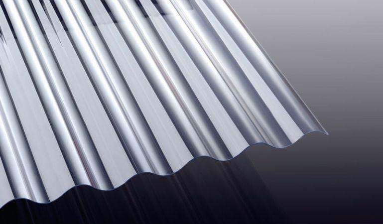 Die PVC Wellplatte in Glasklar mit runder Welle (S 76/18) hat eine Stärke von 1,4 mm. Die Wellplatte eignet sich hervorragend als Lichtband für Wellblech Bedachungen.