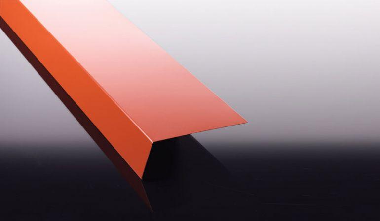 Das 0,75 mm Traufenblech aus Stahl mit 25 my Polyester Beschichtung dient als unterer Abschluss Ihrer Profilblech Bedachung und bildet den Übergang zur Dachrinne.