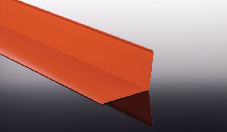 Das Wandanschlussblech für Profildächer hat eine Stärke von 0,63 mm und eine 25 my Polyester Beschichtung. Die können zwischen Längen von 500 mm bis 3500 mm wählen.